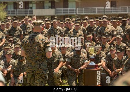 Major General John K. Love, den kommandierenden General der 2. Marine-Division, spricht mit Marines während einer - Stockfoto