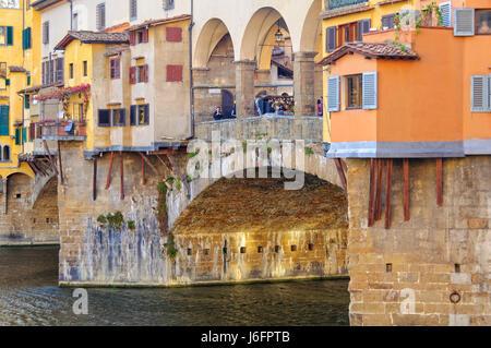 Bunte Geschäfte auf der Ponte Vecchio über den Arno - Florenz, Toskana, Italien - Stockfoto