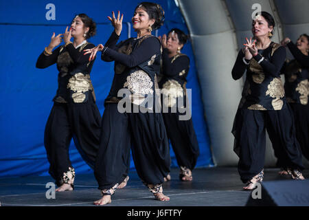 Slough, UK. 20. Mai 2017. Ronak Bollywood Tanz und Fitness führen Bollywood Tanz an den verschiedenen Stufen: Tanz - Stockfoto