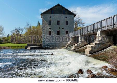 Lang Grist Mill und Hochwasserentlastung im Lang Pioneer Village in Peterborough County Ontario Canada. Getreidemühle - Stockfoto
