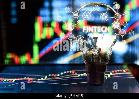 FinTech Anlagekonzept finanzielle Internet Technologie. Glühbirne auf Tablet und Lager Graph und Business-Technologie - Stockfoto