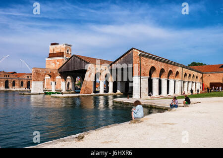 Venice,Castello,Arsenale.57th Biennale in Venedig 2017, La Biennale di Venezia.Art Liebhaber an die Arsenale-Hafen, - Stockfoto