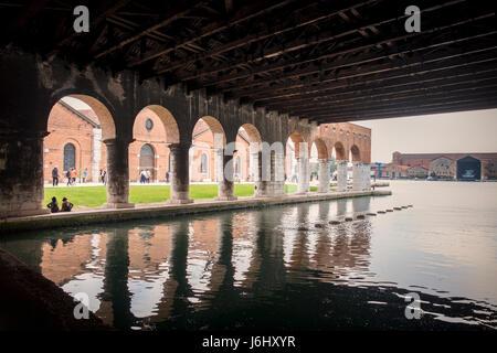 Hafen von Venedig, Castello, Arsenale. Blick auf die Altstadt Bauten aus überdachtes Hafenbecken von Gaggiandre - Stockfoto