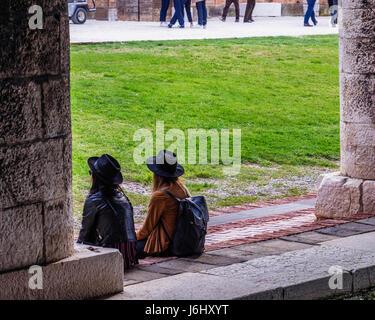 Hafen von Venedig, Castello, Arsenale. Zwei müde Kunstliebhaber an der überdachten sitzen Andocken des Gaggiandre - Stockfoto