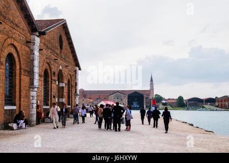Hafen von Venedig, Castello, Arsenale. 57. Venedig Biennale 2017, La Biennale di Venezia.People Wandern neben Ausstellungspavillons, - Stockfoto