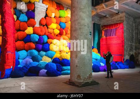 "Hafen von Venedig, Castello, Arsenale. 57. Venedig Biennale 2017, La Biennale di Venezia. ""Escalade jenseits chromatische - Stockfoto"