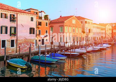 Herrliche Aussicht am Morgen Venedig. Reihe von leuchtenden bunten Häuser und Boote. Italien, Europa - Stockfoto