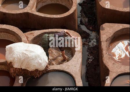 Fes, Marokko - 20. Februar 2017: Unbekannte Männer arbeiten innerhalb der Farbe Löcher in der berühmten Chouara - Stockfoto