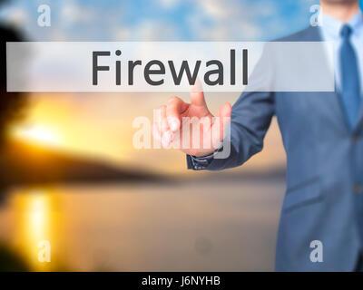 Firewall - Geschäftsmann Hand Taste am Touch-Screen-Oberfläche. Wirtschaft, Technologie, Internet-Konzept. Stock - Stockfoto