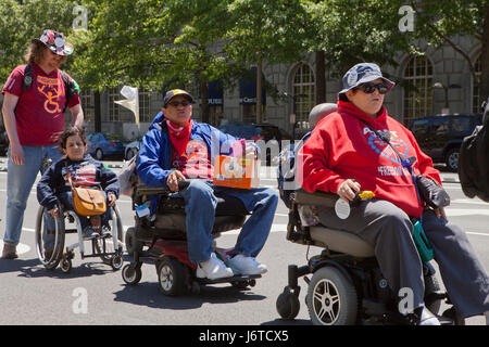 15. Mai 2017, Washington, DC USA: Mitglieder der anzupassen und Behinderung Aktivisten, viele Rollstuhlfahrer, Protest - Stockfoto