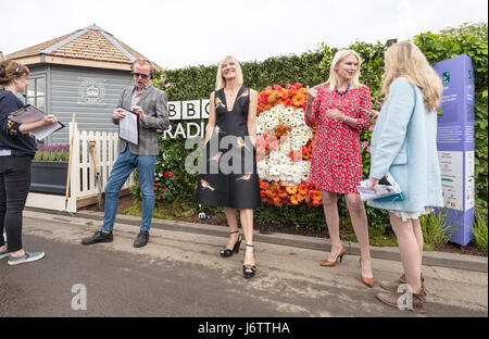 London, UK. 22. Mai 2017. BBC Radio 2-Chris Evans, Jo Whiley und Anneka Rice vor der BBC Feel Good Garden anzeigen. - Stockfoto