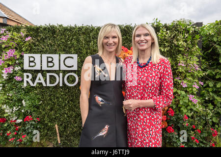 London, UK. 22. Mai 2017. Jo Whiley und Anneka Rice von BBC Radio 2 stellen für Pressefotos. RHS Chelsea Flower - Stockfoto