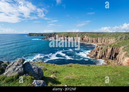 Der Blick in Richtung Endland von Pellitras an der Küste von Cornwall - Stockfoto