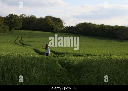 Mädchen stehen in einem Weizenfeld, Niort, Frankreich - Stockfoto