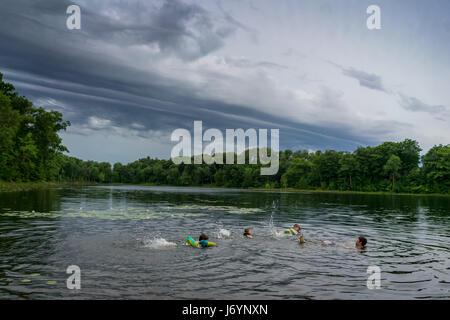 Vater und seinen drei Kindern in einem See spielen - Stockfoto