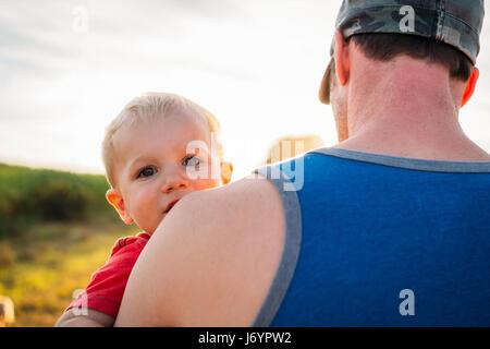 Vater mit seinem Sohn auf seiner Schulter - Stockfoto