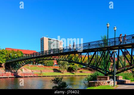 Adelaide, Australien - 14. April 2017: Unbekannte Passanten über Uni-Brücke durch Torrens River in North Adelaide - Stockfoto