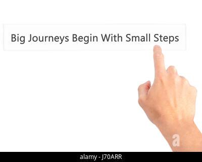 Große Reisen beginnen mit kleinen Schritten - Hand drücken einer Taste auf unscharfen Hintergrund Konzept. Wirtschaft, - Stockfoto