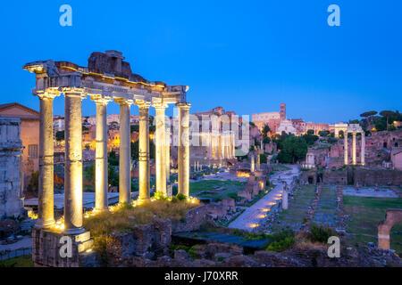 Forum Romanum archäologische Stätte in Rom nach Sonnenuntergang, Italien - Stockfoto