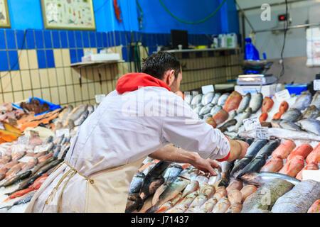 Fischhändler, die Vermittlung von Frischfisch auf Eis, zum Verkauf - Stockfoto