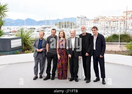 """Cannes, Frankreich. 22. Mai 2017. Schauspielerin Isabelle Huppert (3. L) und Darsteller des Films """"Happy End"""" zu - Stockfoto"""