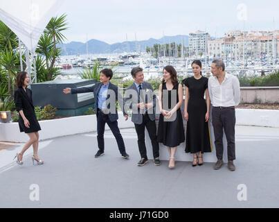 """Cannes, Frankreich. 22. Mai 2017. Regisseur Hong SangSoo (1. R) und Cast-Mitglieder einem Fototermin des Films """"The - Stockfoto"""