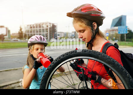 teen m dchen teilen fahrrad stockfoto bild 29217695 alamy. Black Bedroom Furniture Sets. Home Design Ideas