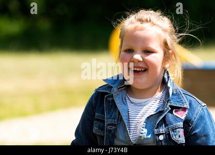 Glückliche kleine Mädchen auf Spielplatz - Stockfoto