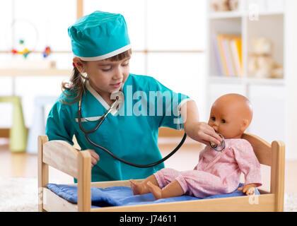 Kind Mädchen mit Puppe im Krankenhaus spielt