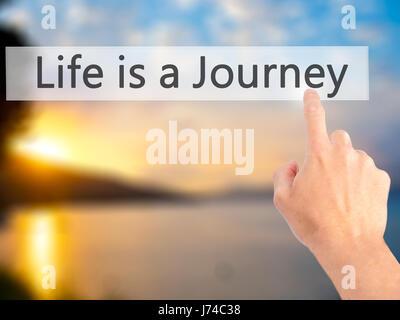 Das Leben ist eine Reise - Hand drücken einer Taste auf unscharfen Hintergrund Konzept. Wirtschaft, Technologie, - Stockfoto