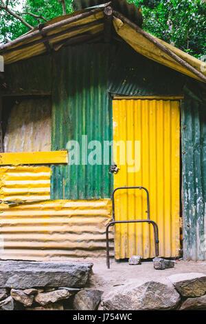 Ein Schuppen oder eine Hütte aus Wellblech gemacht grün lackiert und gelb fand auf dem Land außerhalb von Ella und - Stockfoto