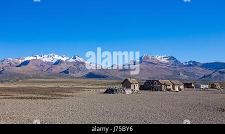 Kleines Dorf des Hirten der Lamas in den Anden. Hohen Anden-Tundra-Landschaft in den Bergen der Anden. Wetter-Anden - Stockfoto