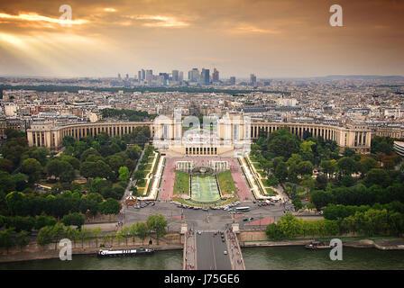 Stadt Stadt Sonnenuntergang Paris Turm Gebäude Stadt Metropole Baum Bäume Stadtpark - Stockfoto