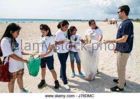 Miami Beach Florida Hände auf Miami Strand Clean-Up Abfall Müll Umweltverschmutzung Umwelt Sand Freiwillige Schüler - Stockfoto