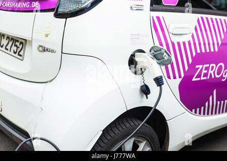 Berlin, Deutschland - 14. April 2017: Elektroauto eines Carsharing-Unternehmens Aufladen der Akkus in Berlin, Deutschland - Stockfoto