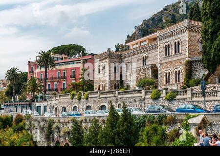 Stadtbild von Taormina Dorf, gelegen auf einem Hügel, Sizilien, Italien - Stockfoto