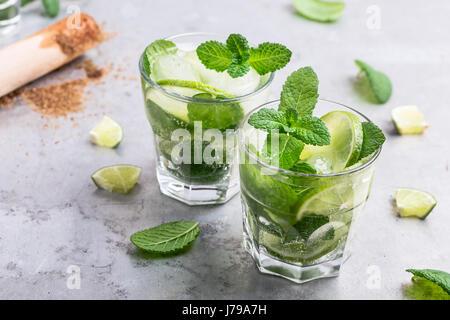 Mojito cocktail auf hellgrauen Hintergrund hautnah, erfrischendes Sommergetränk - Stockfoto