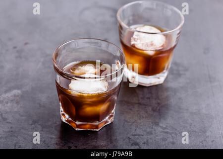 Kühlen Bier auf rustikalen grau Tisch Kaffee, Eistee einfach Sommer trinken - Stockfoto