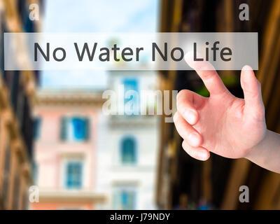 Kein Wasser kein Leben - Hand drücken einer Taste auf unscharfen Hintergrund Konzept. Wirtschaft, Technologie, Internet - Stockfoto