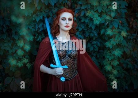 Frau Krieger mit Schwert trägt ein Kürass. Auf den Schultern ihres Mantels.
