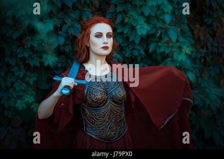 Rothaarige Mädchen Krieger. In Händen hält ein Schwert auf der Brust tragen Kürass.
