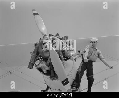 Seemann startet der Motor von einem N3N tung Doppeldecker, 1942. - Stockfoto