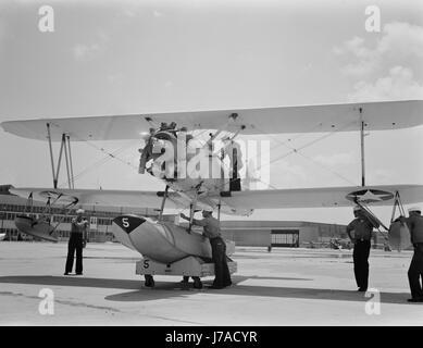 Matrosen inspizieren einen US Navy N3N Doppeldecker am Naval Air Station Corpus Christi, Texas, 1942. - Stockfoto