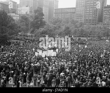 6. Juni 1944 - eine Menschenmenge am d-Day im Madison Square, New York, New York. - Stockfoto