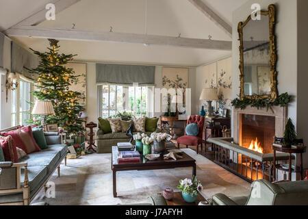 Ein traditionelles wohnzimmer mit offenem kamin in einem - Paneele wohnzimmer ...