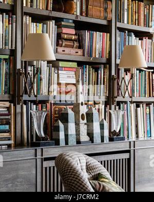 Vintage Wand Lampen Ad Büchergestell mit Sammlung von obelisk