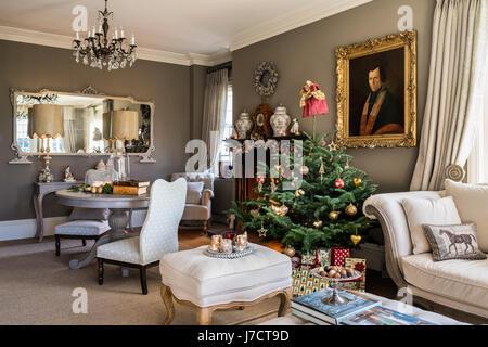 Weihnachtsbaum im Wohnzimmer mit Tisch hellgrau lackiert - Stockfoto
