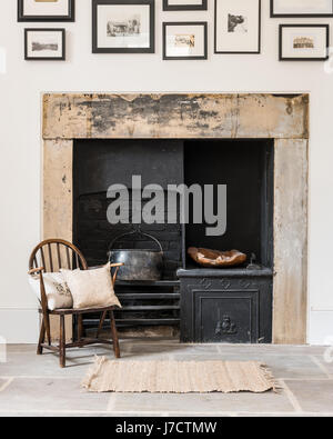 Fantastisch Original Kamin Im Wohnzimmer Mit Steinplatten Bodenbelag Und Alten Windsor  Stuhl   Stockfoto
