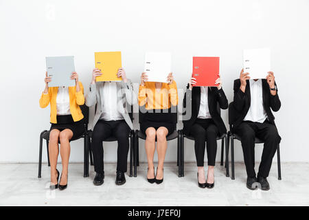 Bild einer Gruppe von Kollegen, die im Amt für Flächen mit Ordnern. - Stockfoto