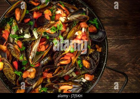 Pfanne von marinara Muscheln auf rustikalen Hintergrund mit Exemplar - Stockfoto